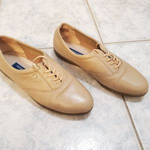 Easy Spirit flat shoe leather size 9 beige lace-up